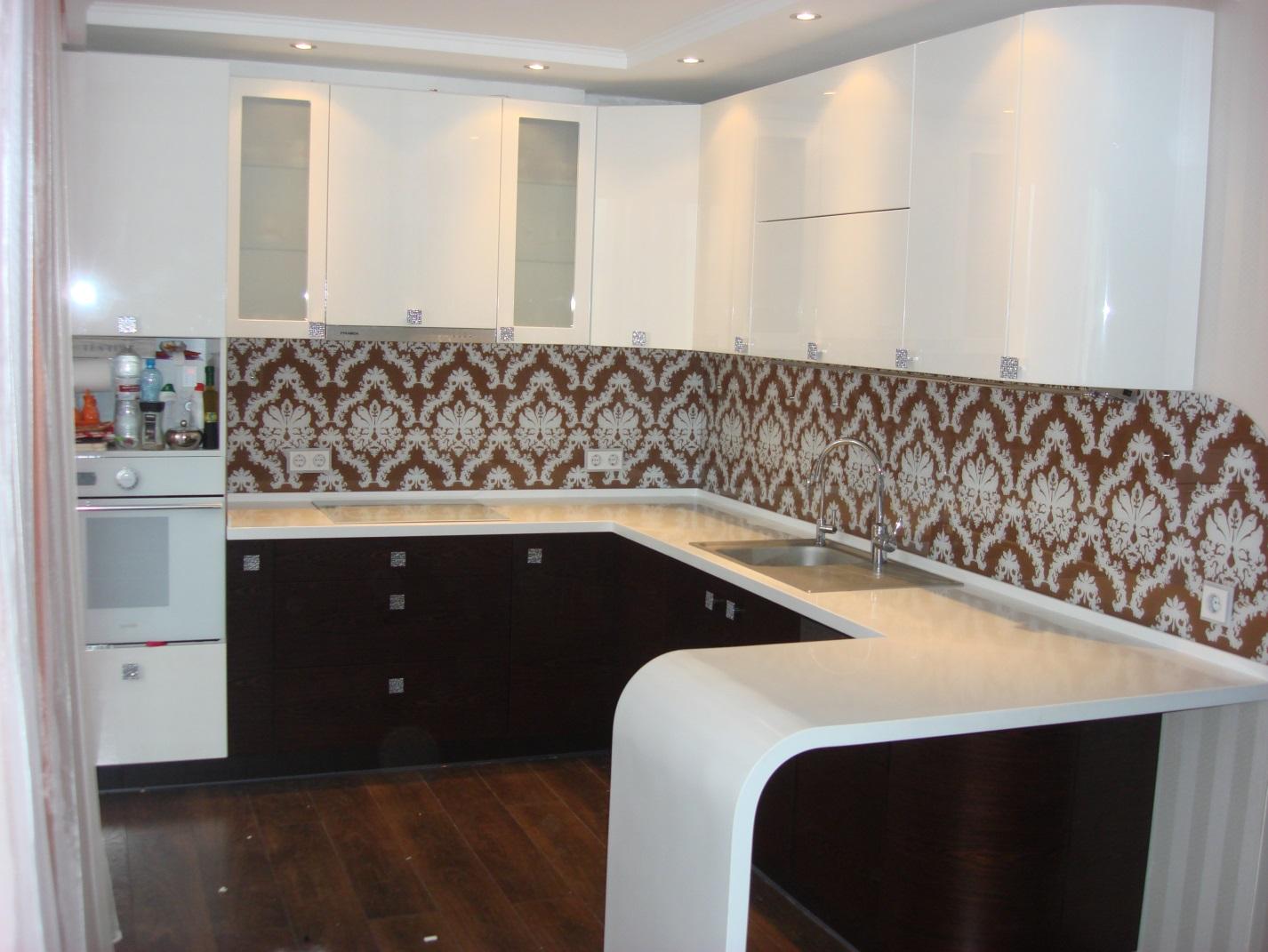 Угловая кухня с комбинированными фасадами