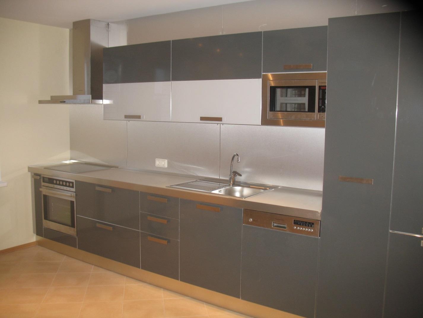 Кухня со встроенными духовым шкафом
