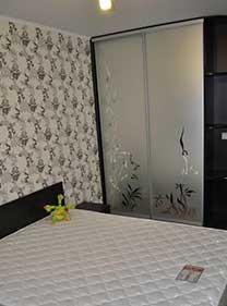 Шкаф-купе в спальню с пескоструйным рисунком на зеркале «серебро».