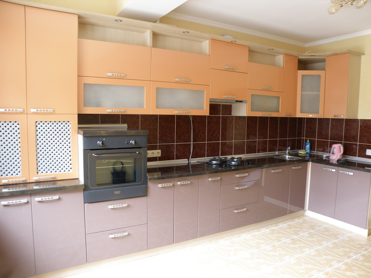 Кухня с гладкими (без фрезеровок) матовыми фасадами.