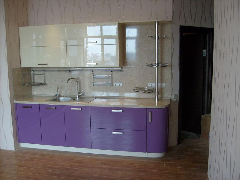 Фасады кухни – глянцевый крашеный МДФ.