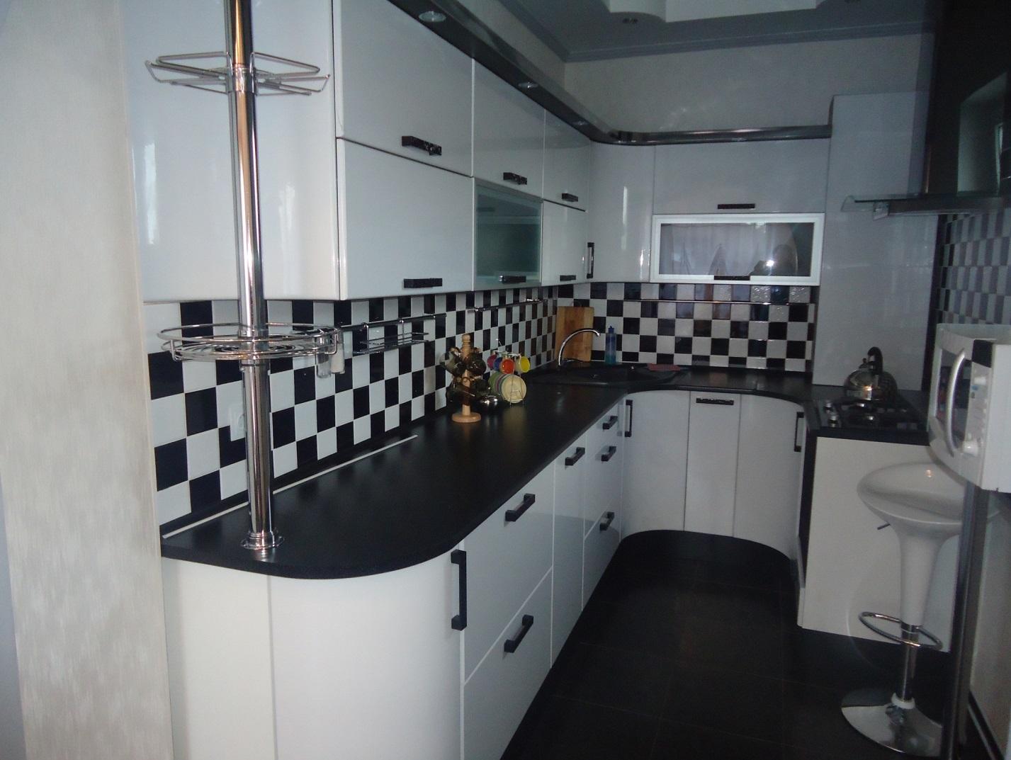 П-образная кухня с крашеными глянцевыми фасадами.