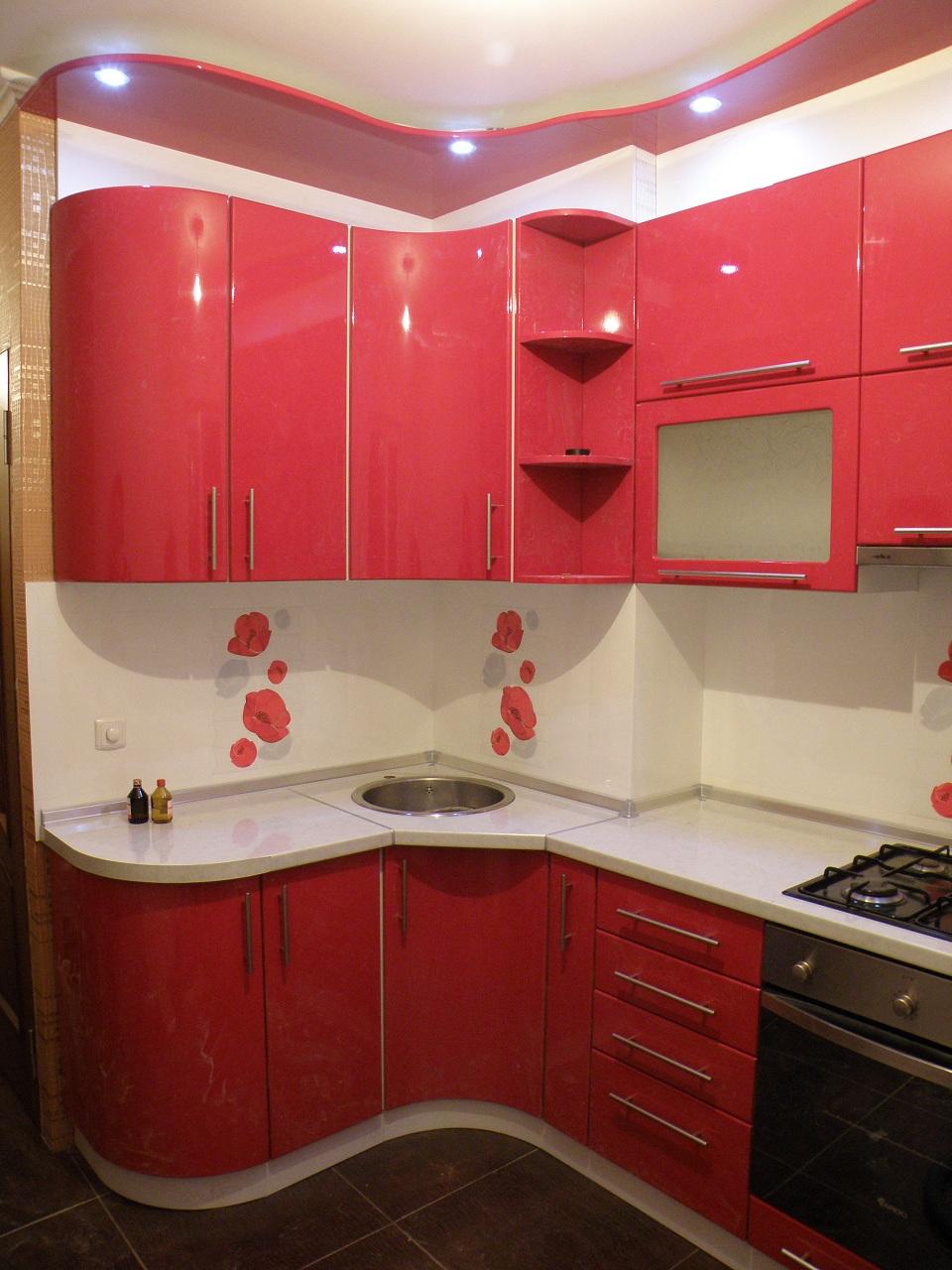 Радиусные фасады в угловой кухне – очень удобное и красивое решение для оформления ее угла.