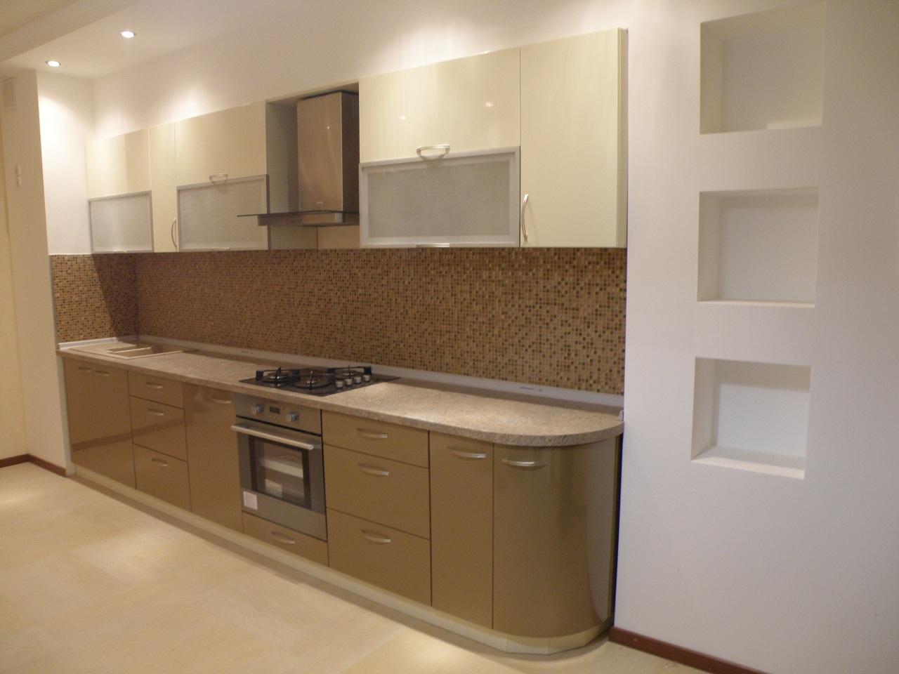 2-цветная кухня с радиусным фасадом.