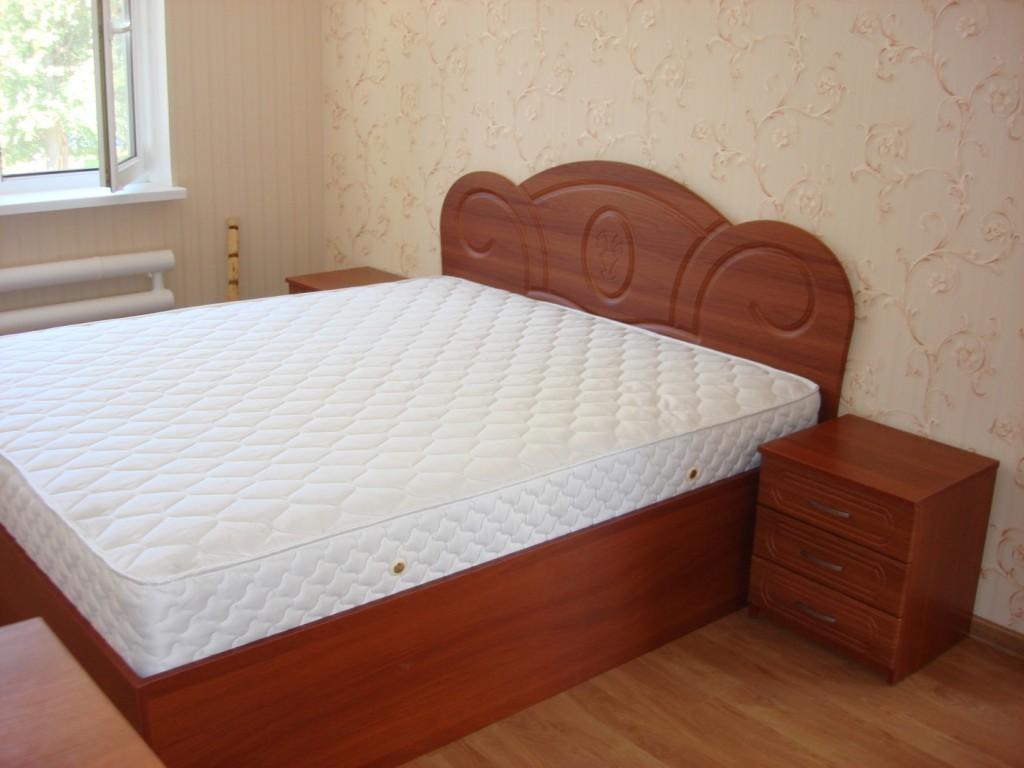 Спальня з фасадами з «деревним» декором