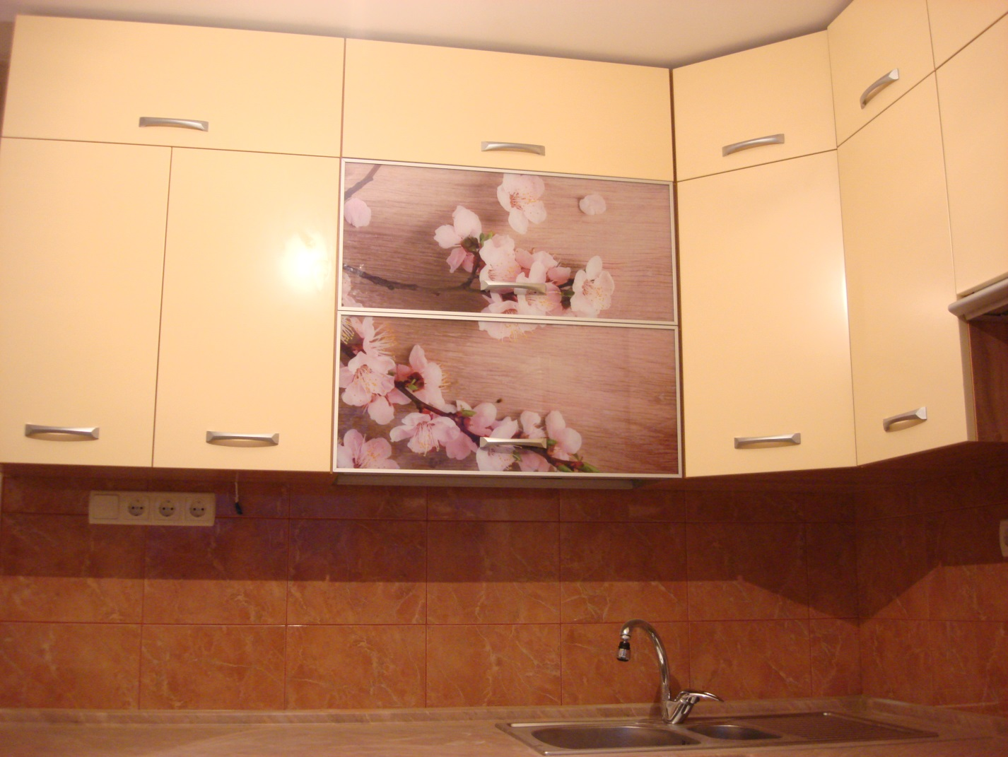 10.Цветочный коллаж на кухне тоже будет радовать Ваш взгляд.