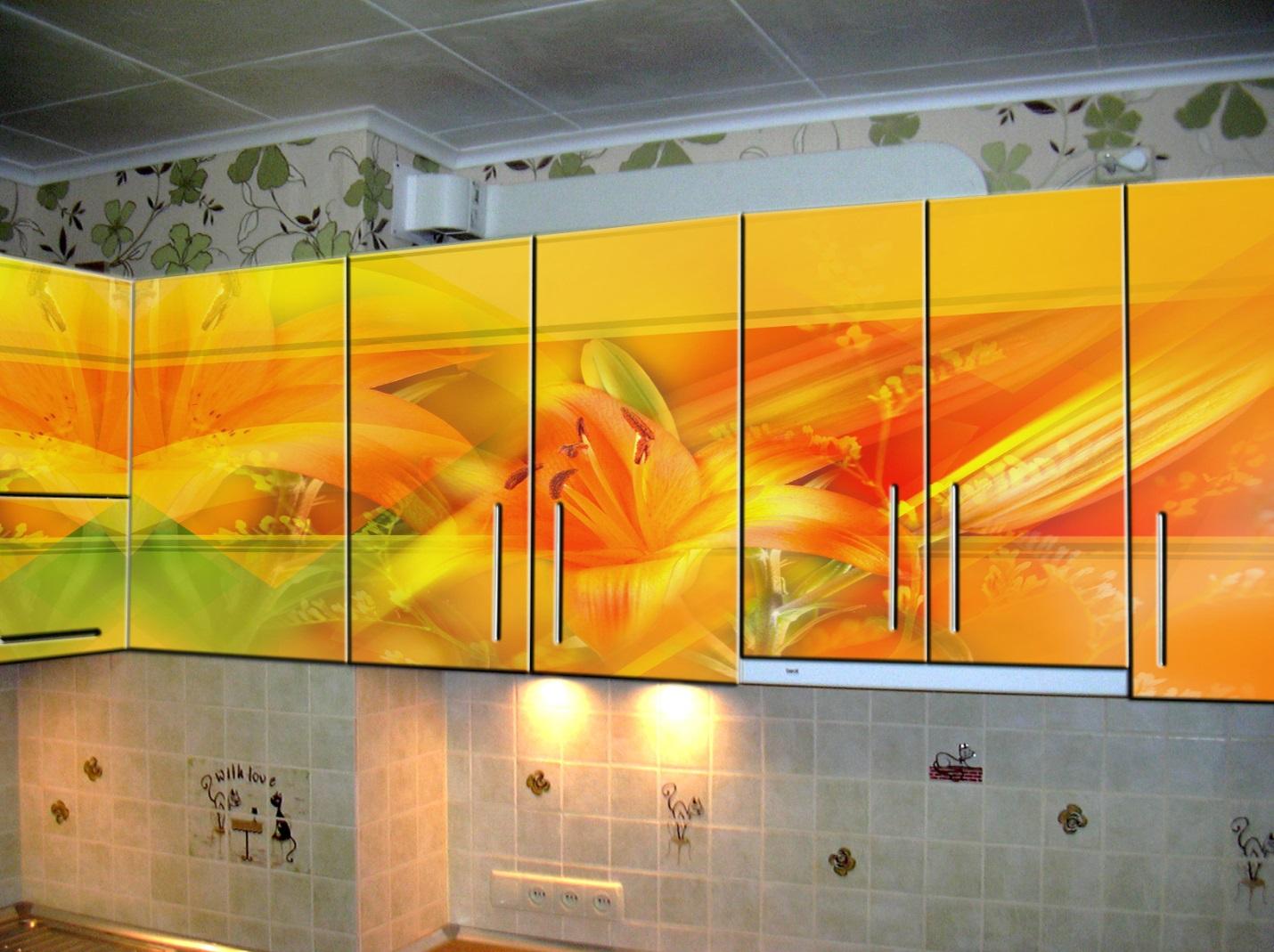 13.Яркий абстрактный рисунок станет необычным акцентом на Вашей кухне.