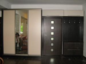 Двери шкафа и навесных антресолей выполнены из контрастного светлого ДСП.