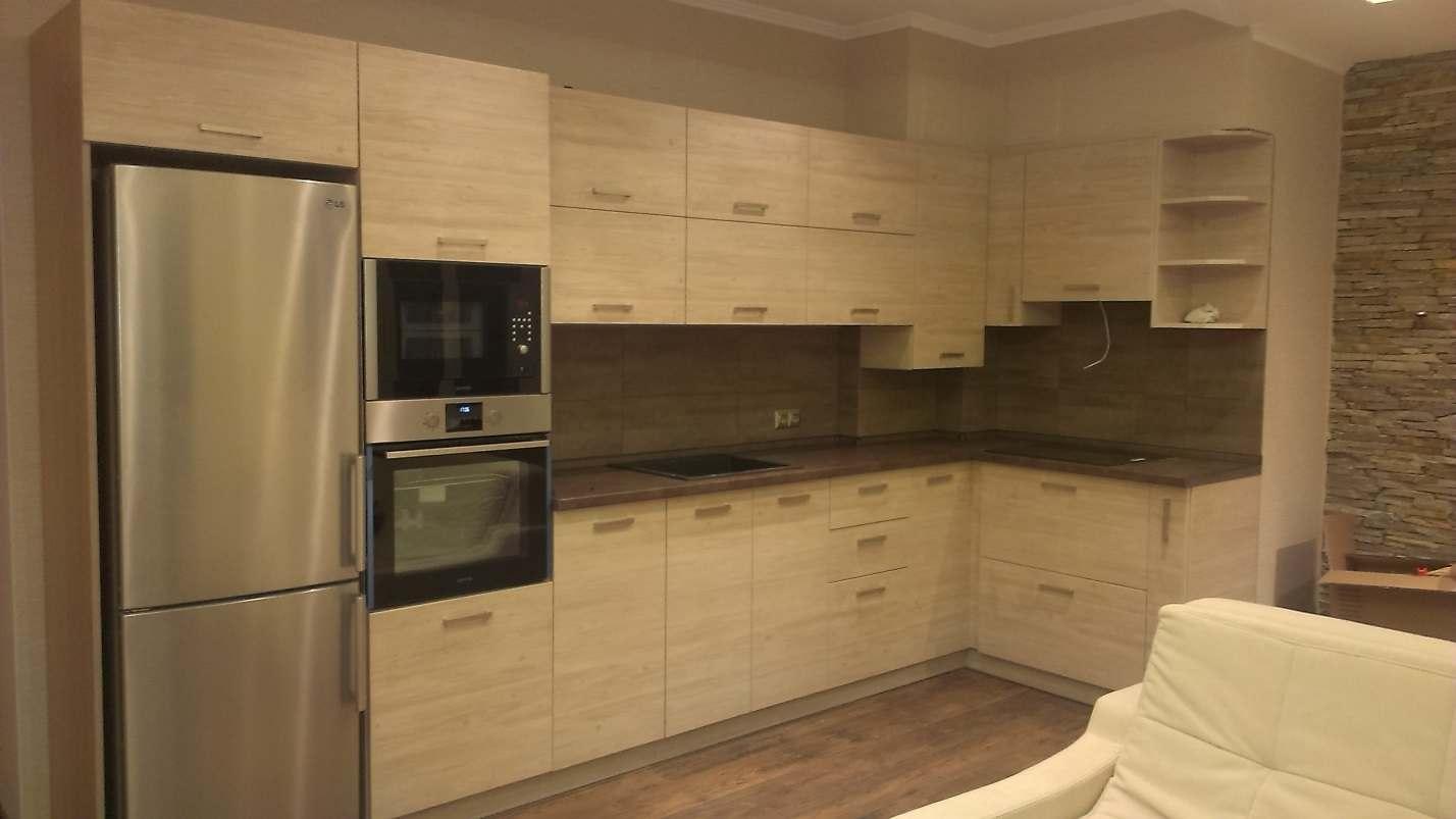 03. Кухня-студио с фасадами Cleaf со светлым древесным декором.
