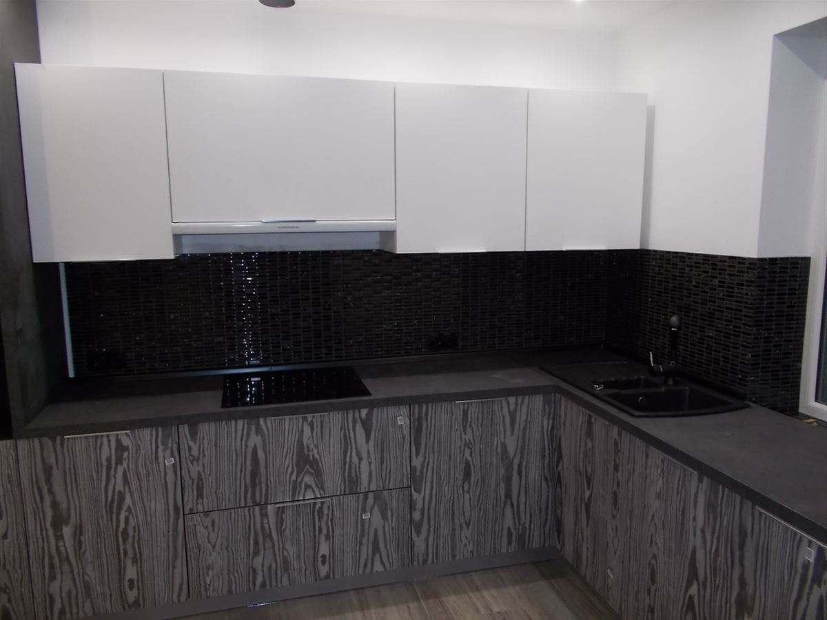 07. Навесные шкафы кухни с нижними фасадами Cleaf выполнены из матового крашеного МДФ.