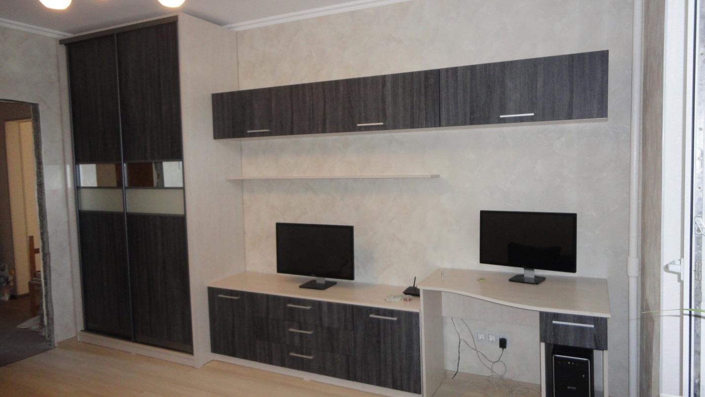 07. Решение для гостиной-кабинета. Фасады – ДСП контрастного цвета.