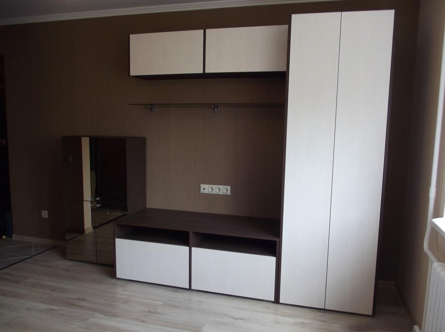 08. Корпусная мебель для гостиной снабжена нажимными механизмами, фасады без ручек.