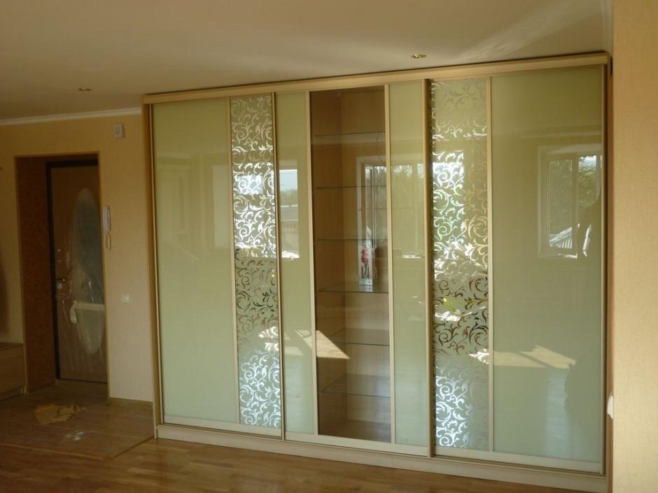 12. Корпусная мебель для гостиной с цветными стеклами и зеркалом с рисунком, выполненным в технике трафаретной покраски.
