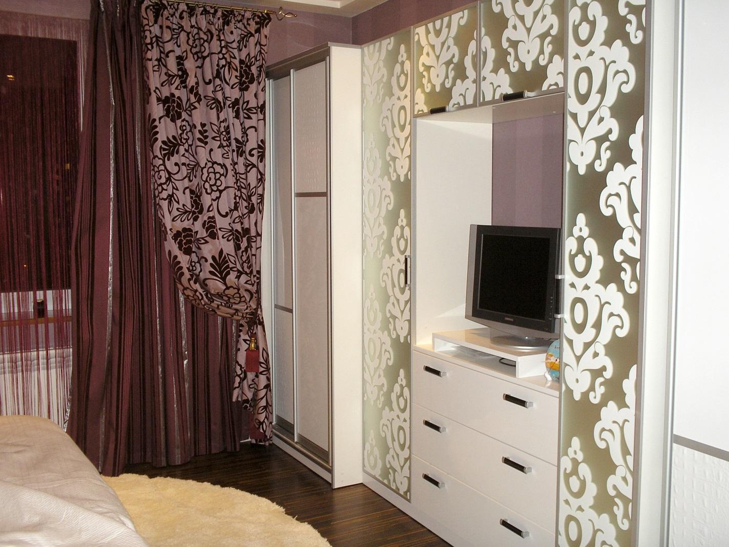 13. Белая гостиная. Шкафы центральной части украшены рисунком (покраска) на зеркале «сатин».