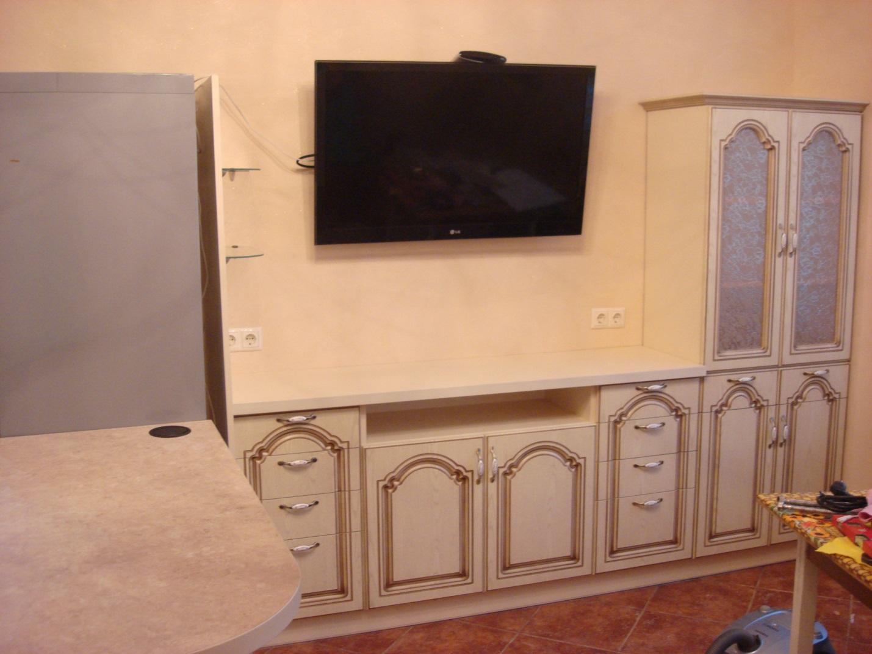 03. Эта гостиная – часть кухни-студио. Она выполнена в едином с кухней классическом стиле. Фасады – пленочный МДФ с нанесением патины.