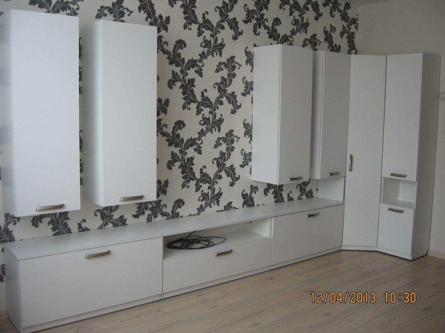 06. «Легкая» мебель для гостиной в белом цвете.