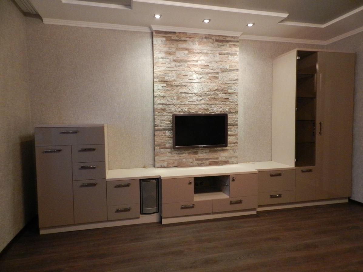 08. Мебель для гостиной с глянцевыми фасадами цвета «капучино».