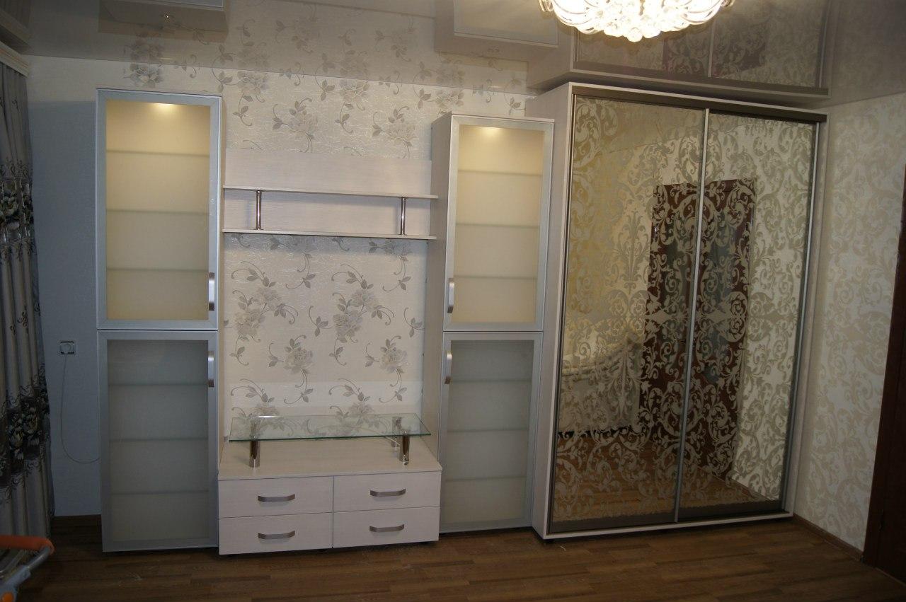12. Шкаф-купе с классическим рисунком дополнен шкафами-витринами с фасадами из алюминиевых рамок со стеклом.