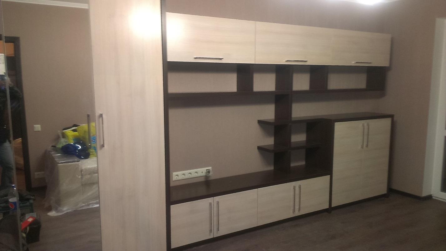15. Вместительный комплект модульной мебели выполнен в контрастных тонах.
