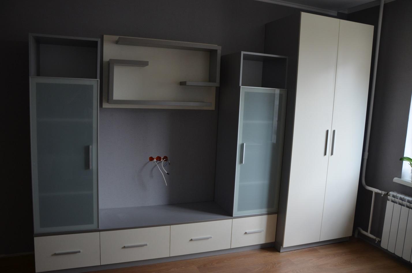 18. Лаконичная модульная мебель в серо-бежевых тонах.