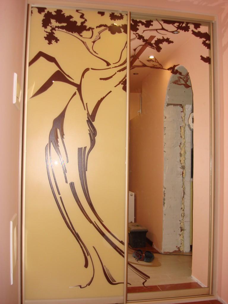 Трафаретная покраска на зеркале