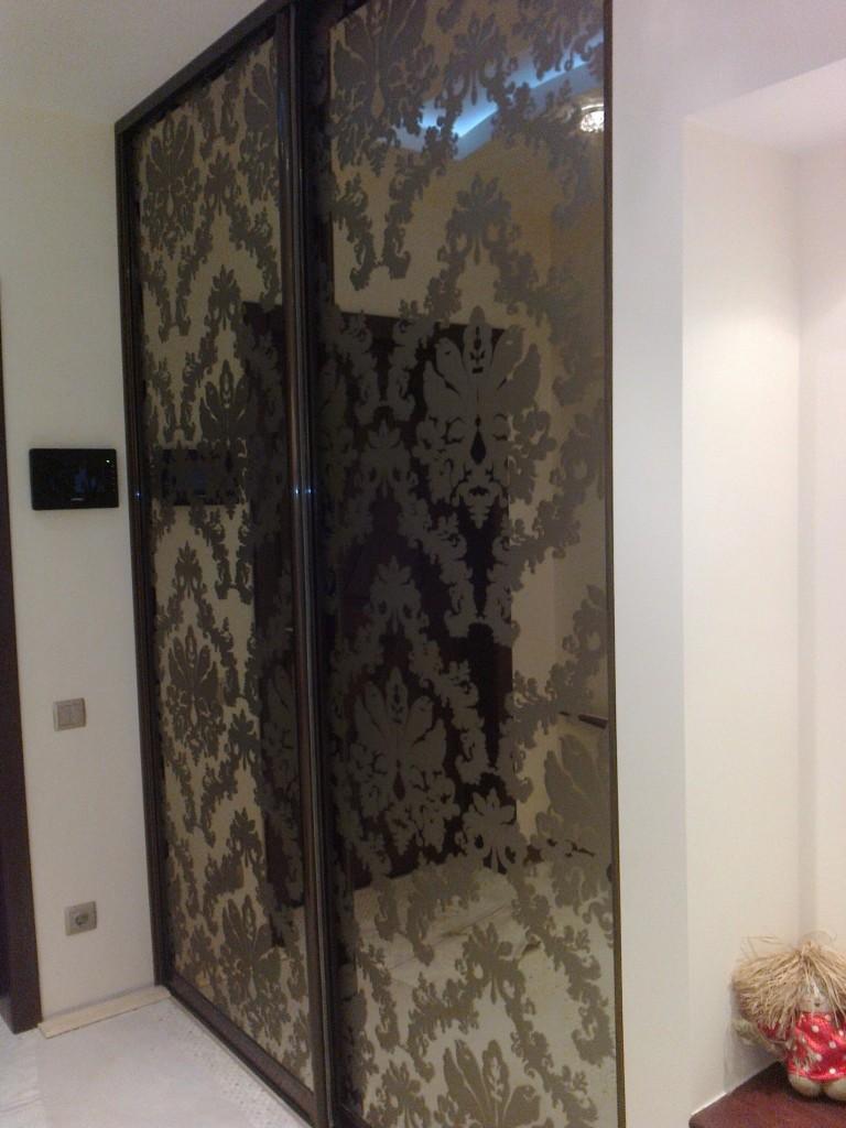 Двери этого шкафа в прихожей – зеркало «бронза»