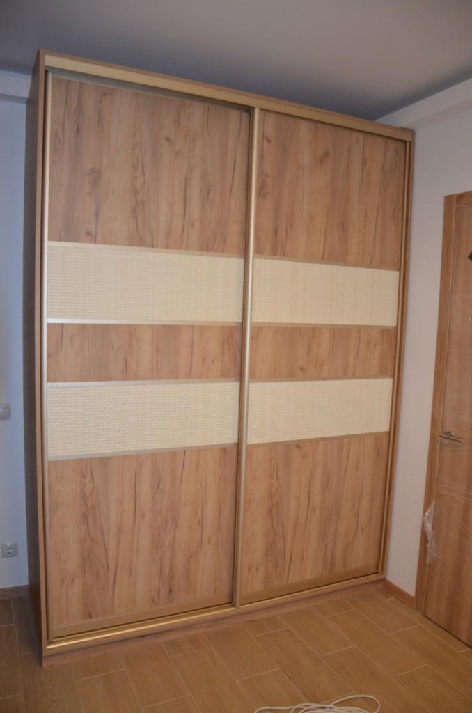 Фасады шкафа – комбинация ДСП и светлого ротанга
