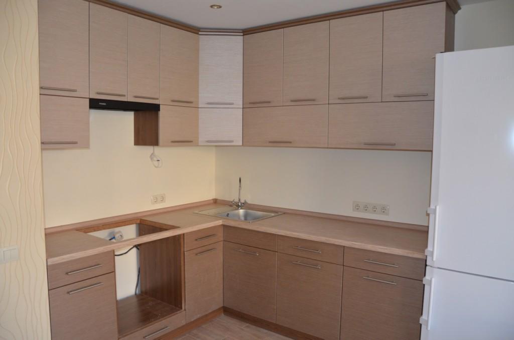 Кухня с матовыми пленочными фасадами.