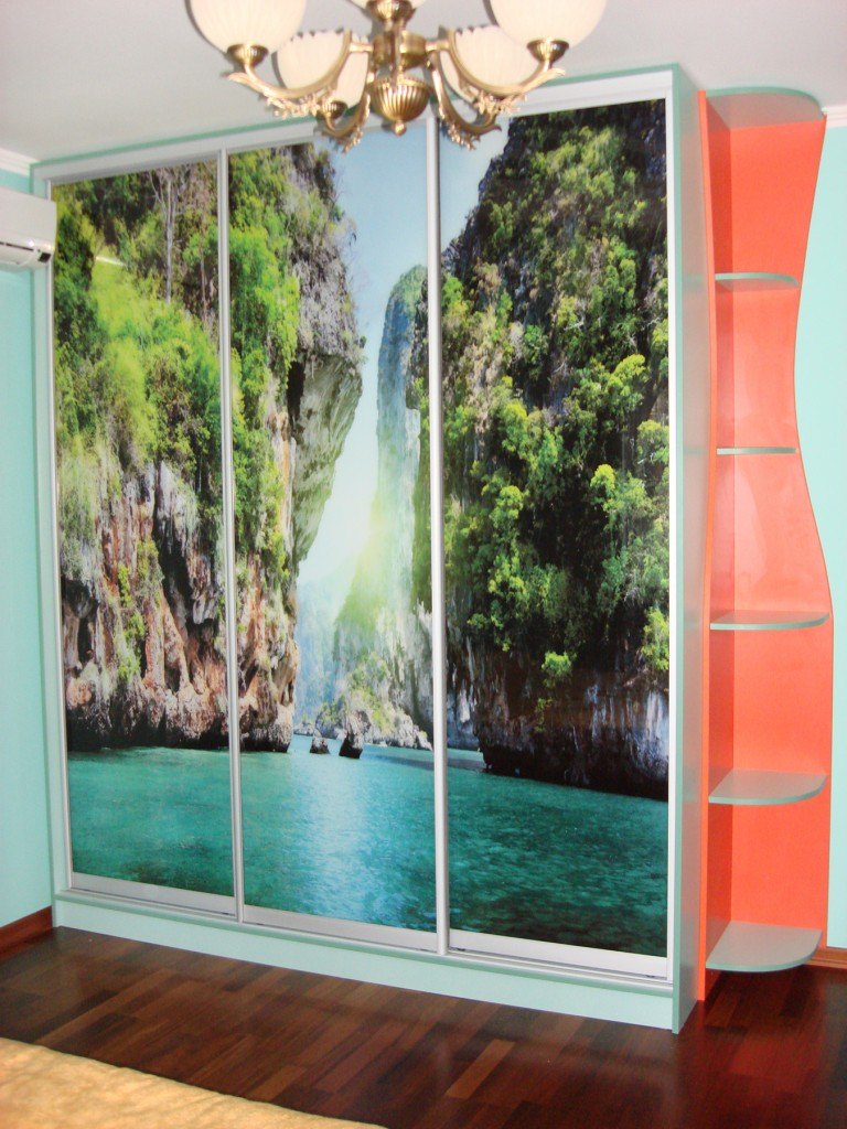 Шкаф с ярким морским пейзажем