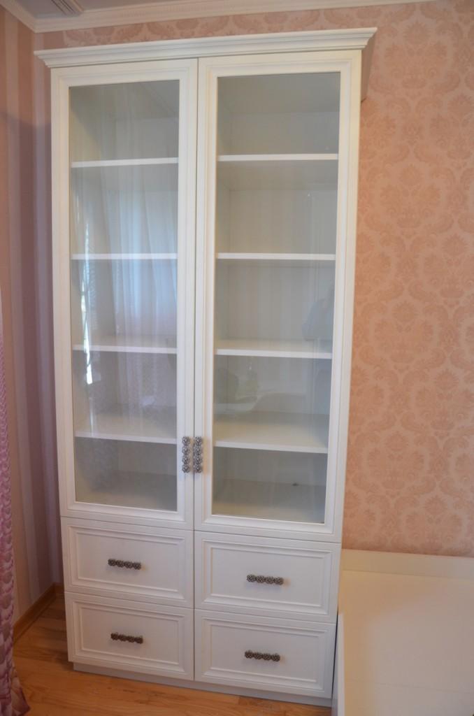 Книжный шкаф удобен для хранения книг и игрушек