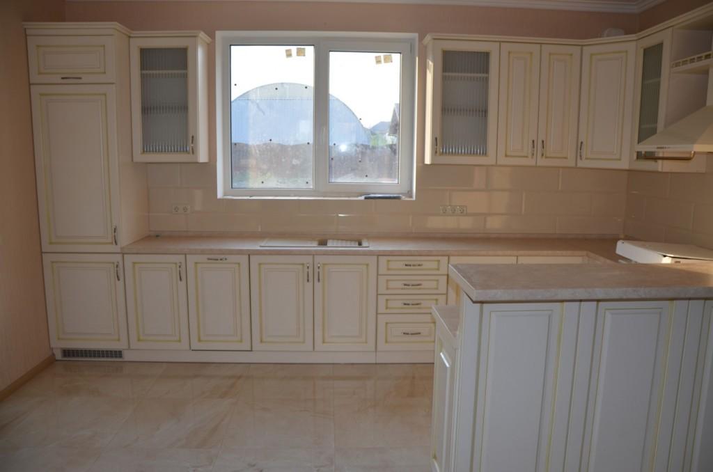Встроенный холодильник в кухне в стиле Прованс