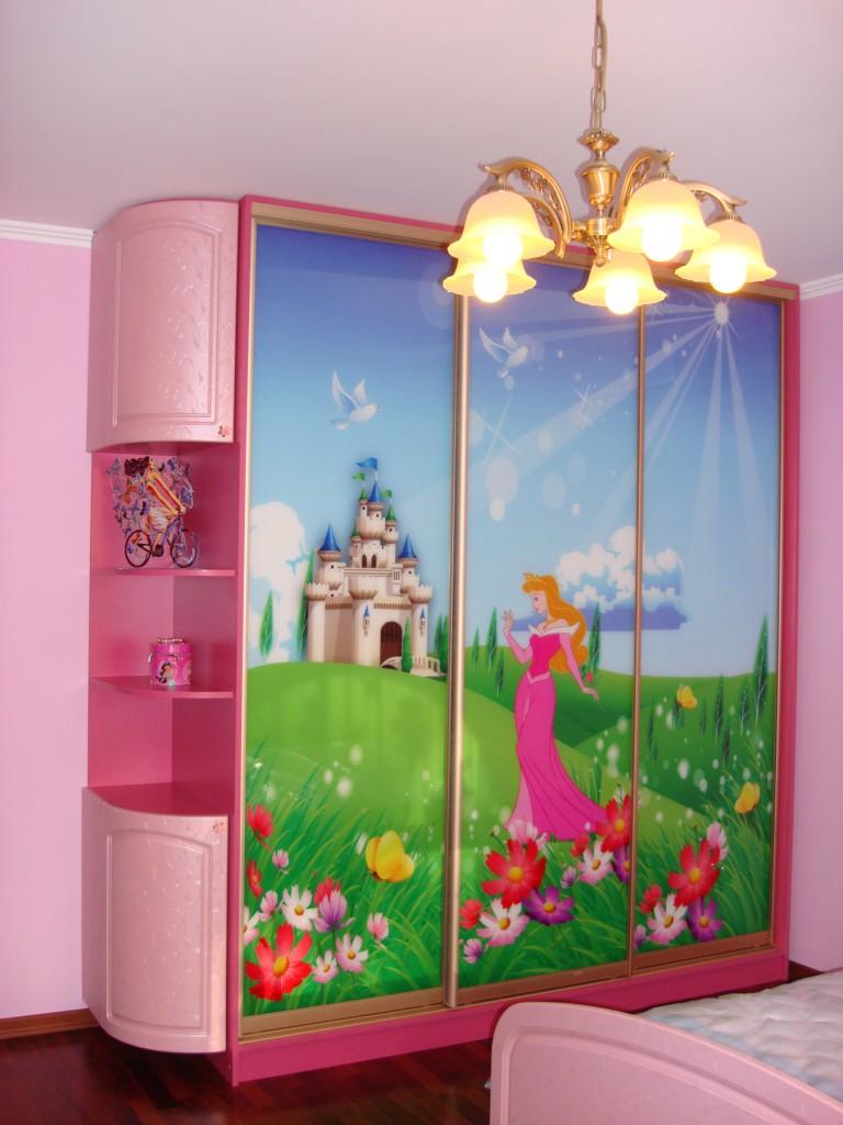 На дверь шкафа купе нанесен сказочный диснеевский сюжет