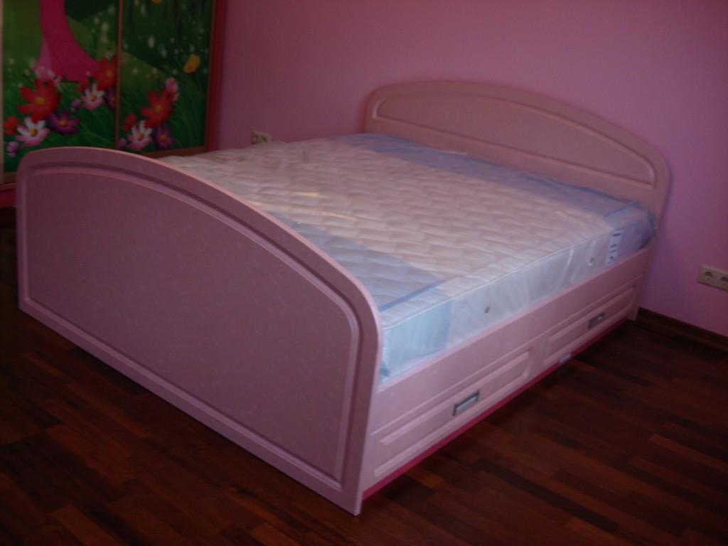 Кровать имеет плавные, изогнутые формы