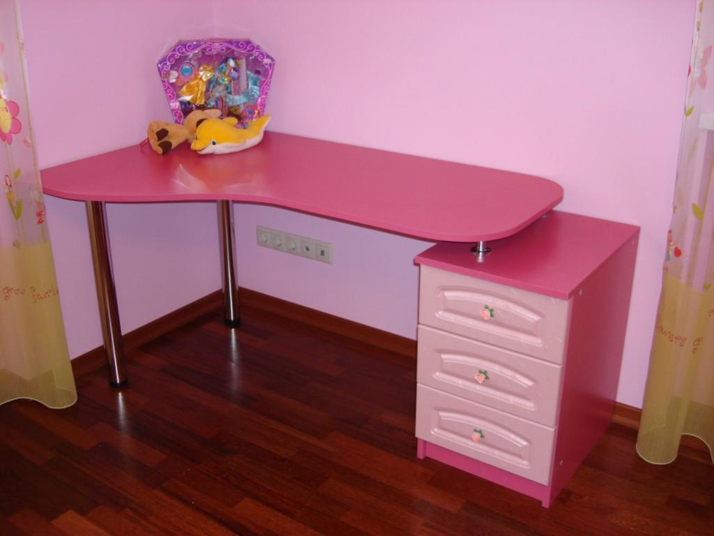 Небольшой угловой стол для творчества и обучения ребенка